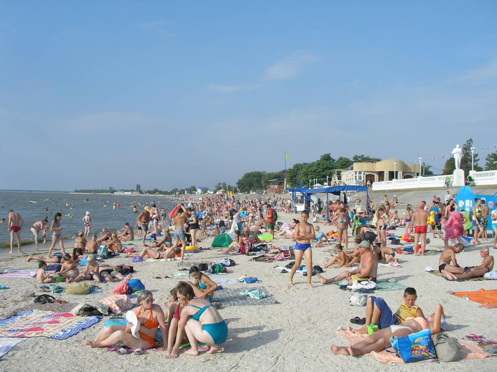 Тёплое Азовское море, центральный пляж Приморско-Ахтарска
