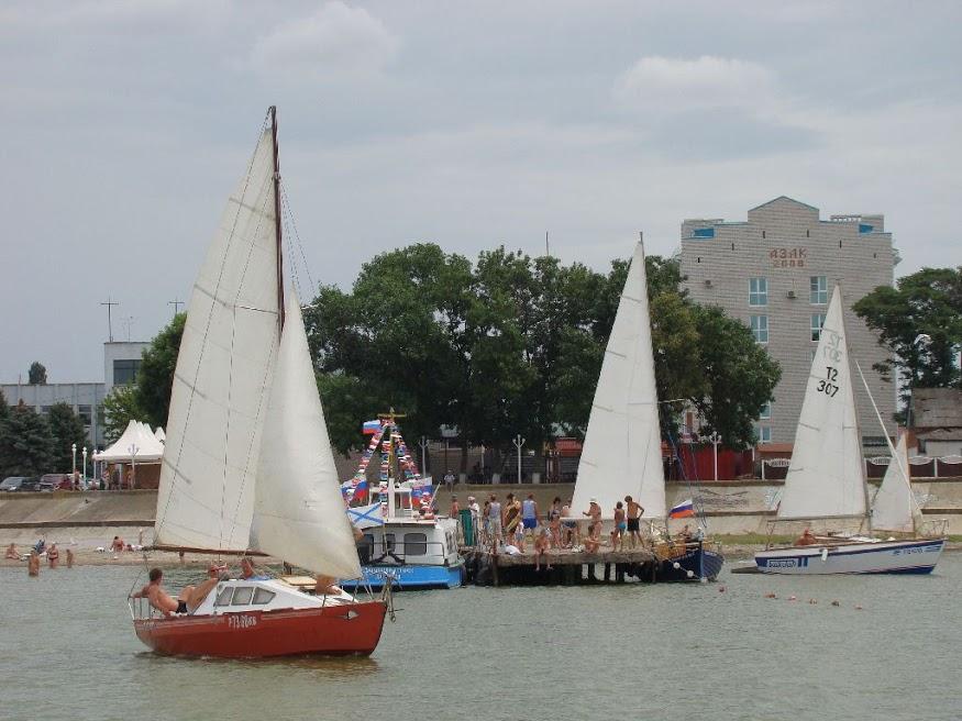 Яхты и катера у юнговского моста